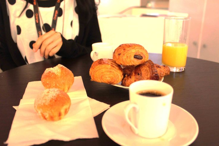Cross Video Days Breakfast, pains au chocolat, croissants et brioches