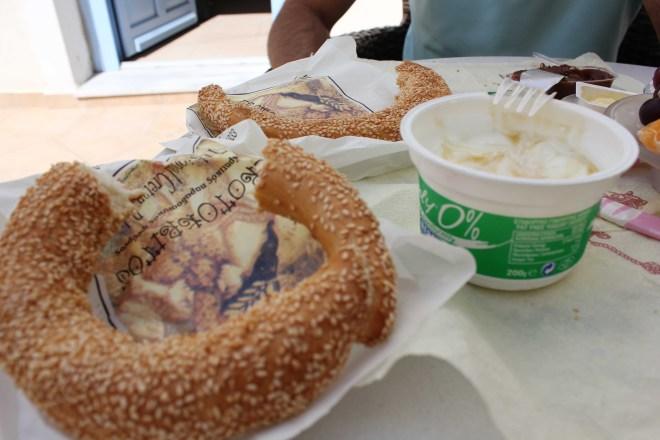 Santorini's sesame bread / Le pain au sesame de Santorini