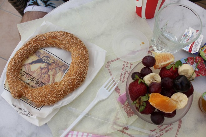 Du pain au sesame et des fruits