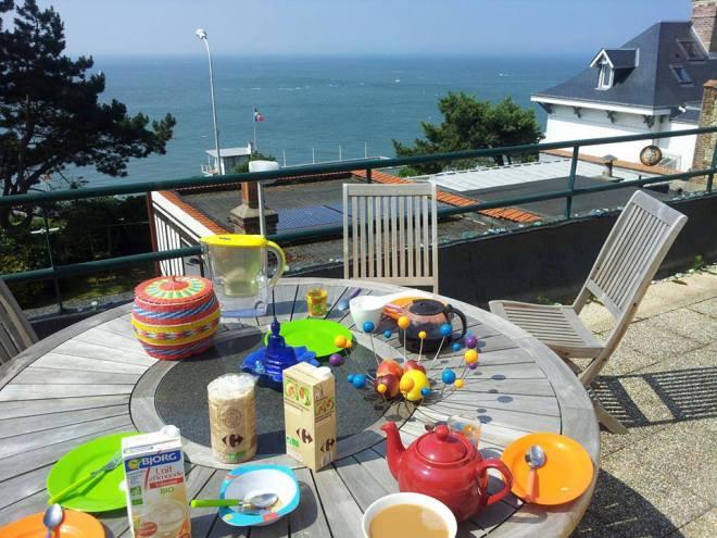 Petit déjeuner de Pierre et Gilles, sur la terrasse de la maison de Gilles à Sainte-Adresse, près du Havre, sa ville d'origine où il va régulièrement se ressourcer